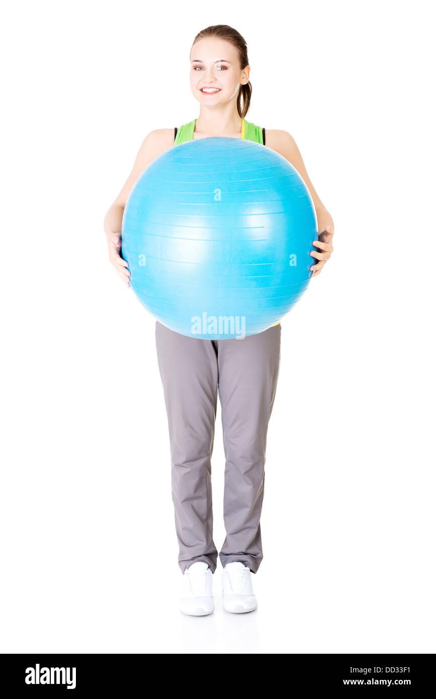 Joven y bella mujer con un estilo de vida saludable ejercicio pilates pelota.  Imagen De 9c60d3a7d047