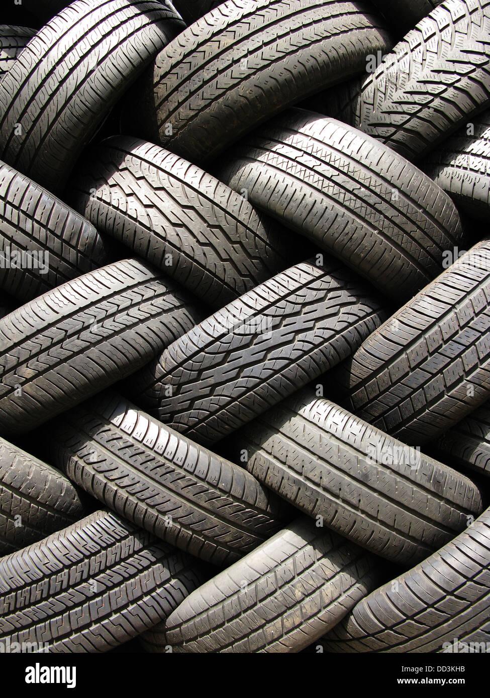Una gran pila de neumáticos de coche automotor usado. Imagen De Stock