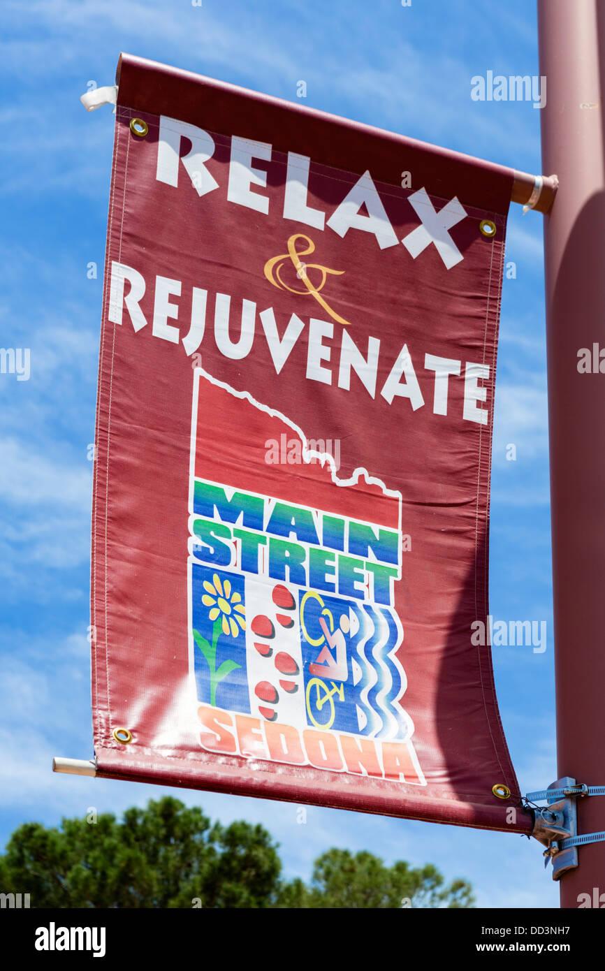 Banner en Main Street, Sedona, Arizona, EE.UU. Imagen De Stock