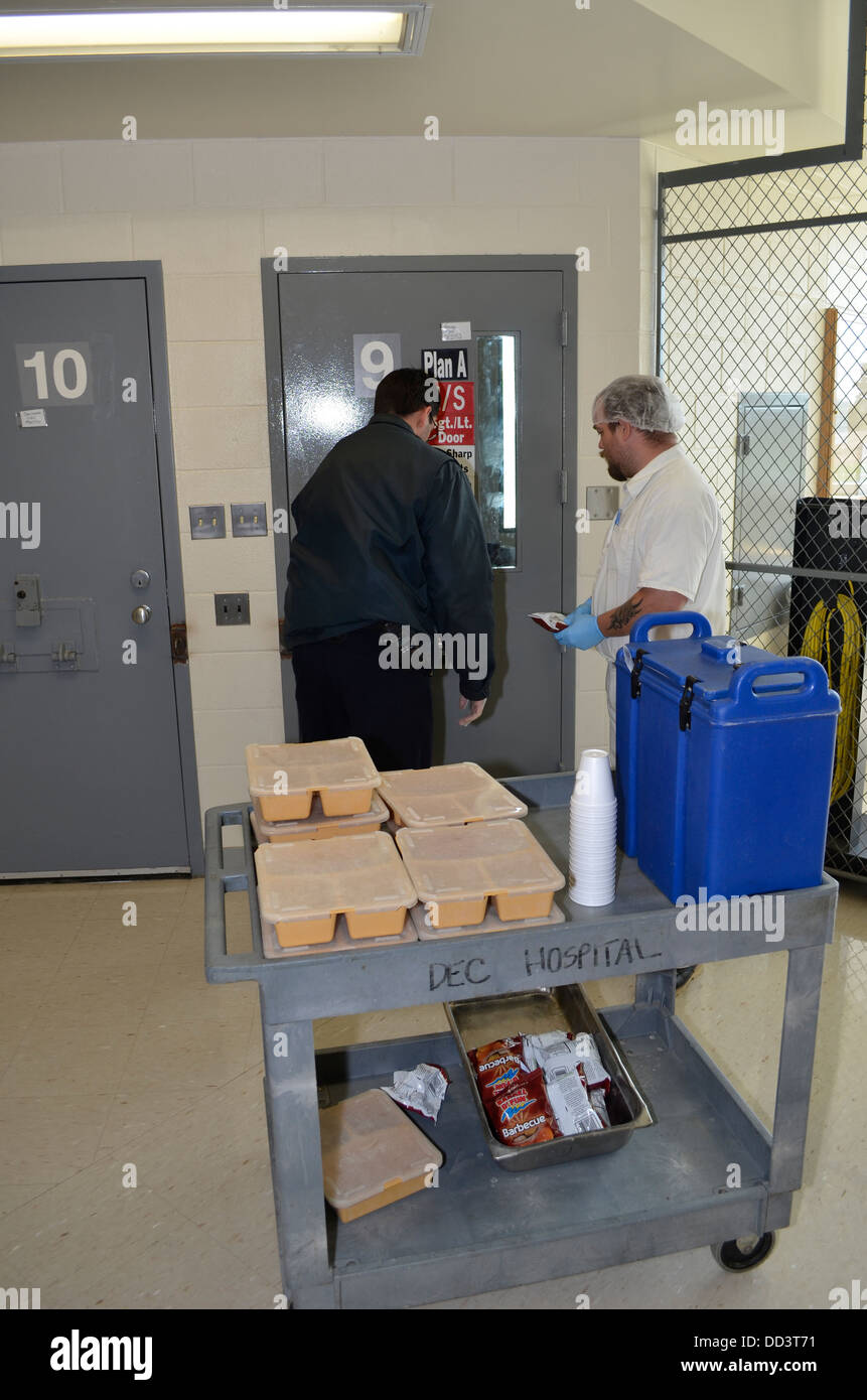 Recluso porter ayudar a alimentar a los reclusos de la unidad médica en el centro de evaluación y diagnóstico. Imagen De Stock