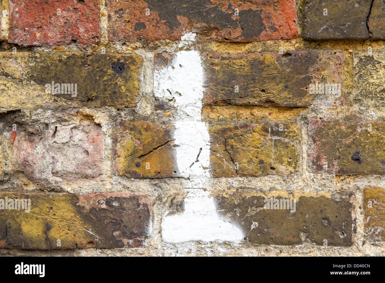 Número 1 de pintado sobre una pared de ladrillos, en Southend-on-Sea, Essex, Reino Unido Imagen De Stock