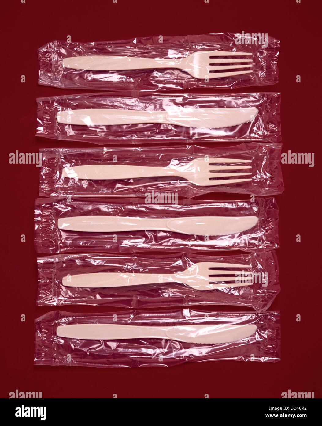 Cuchillos y tenedores de plástico en las bolsas de plástico Imagen De Stock