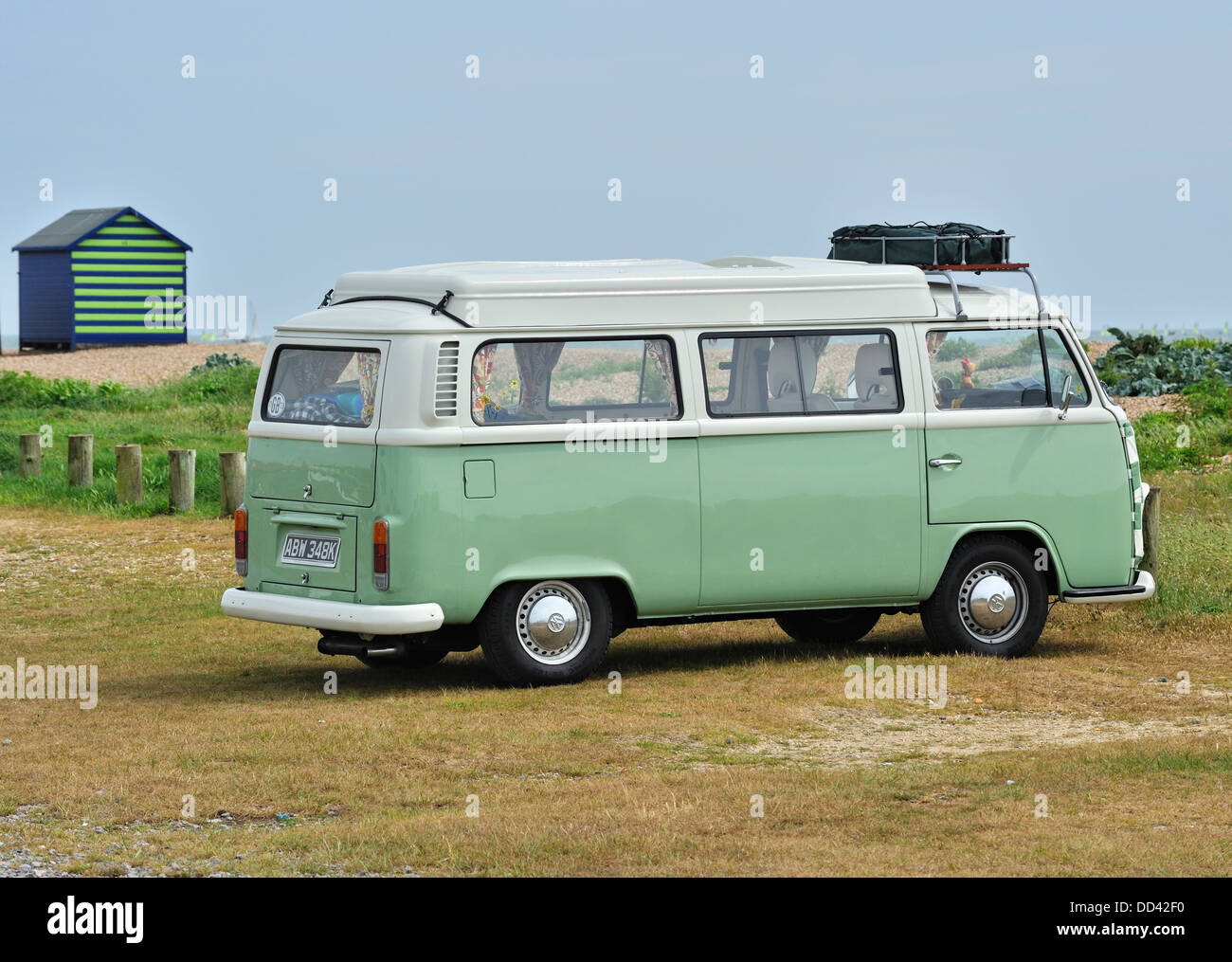 VW CAMPER VAN, Hayling Island, Hampshire, Reino Unido Foto de stock