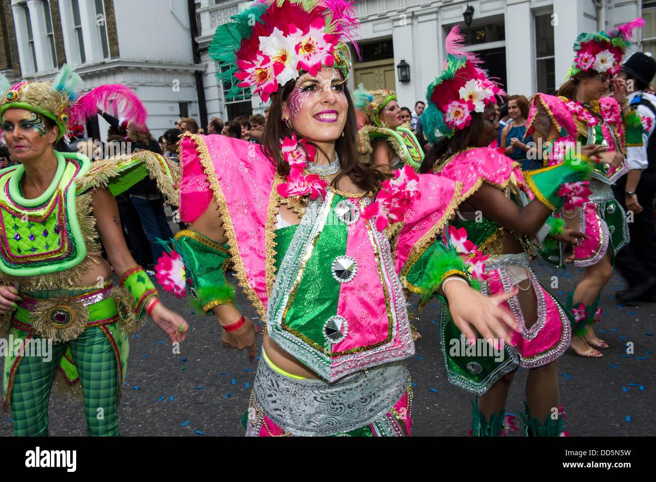 Londres, Reino Unido. 26 Aug, 2013. Paraíso de la escuela de samba realizar en el Carnaval de Notting Hill, Imagen De Stock