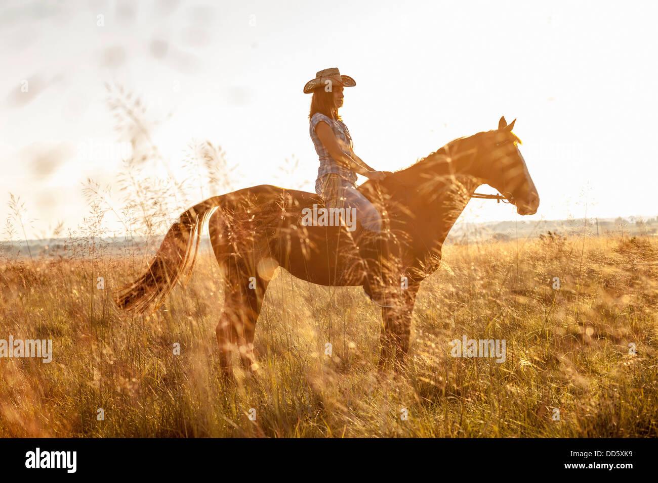 Croacia, Dalmacia, joven cabalgatas Foto de stock