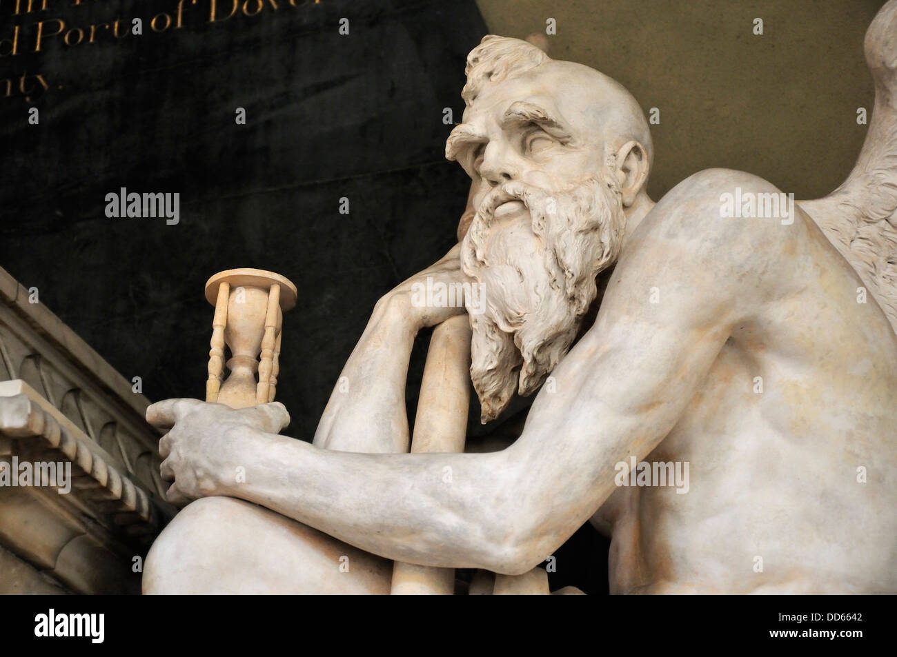 Rochester, Kent, Inglaterra, Reino Unido. La catedral de Rochester. Estatua - Viejo Padre Tiempo (1793), hechas Imagen De Stock