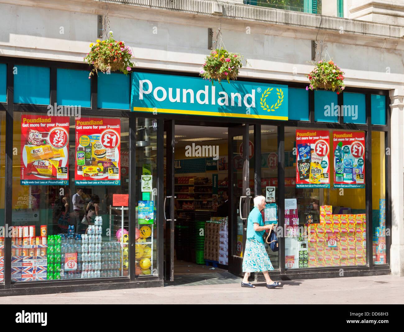 Dejando a un pensionista Poundland shop el centro de la ciudad de Cardiff South Glamorgan Sur de Gales GB REINO Foto de stock