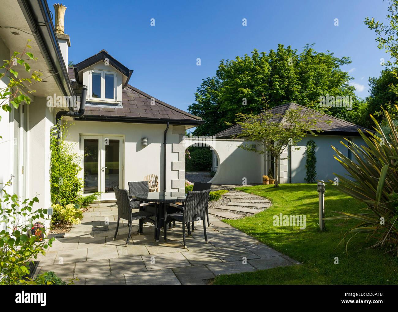 Patio con mesa y sillas en una casa residencial en el verano Imagen De Stock