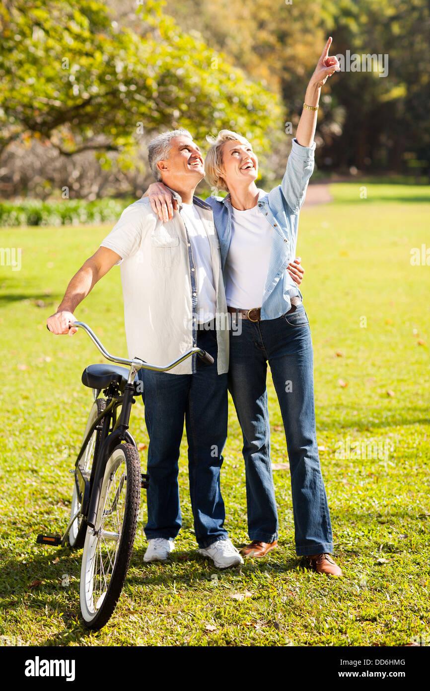 Feliz pareja de mediana edad caminando en el parque Imagen De Stock