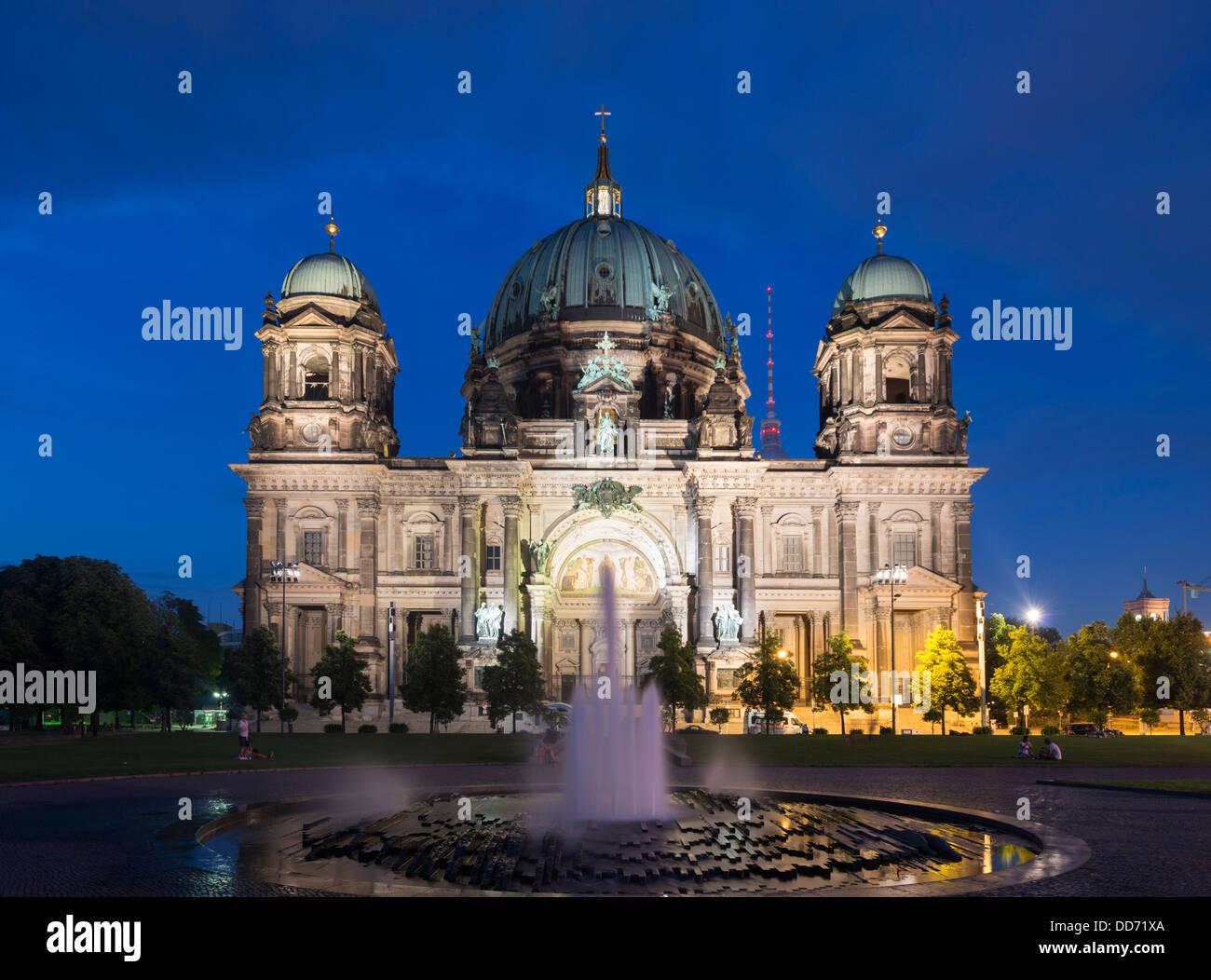 Vista nocturna de la Catedral de Berlín o Dom en la Isla de los museos o Museumsinsel en Berlin Alemania Imagen De Stock