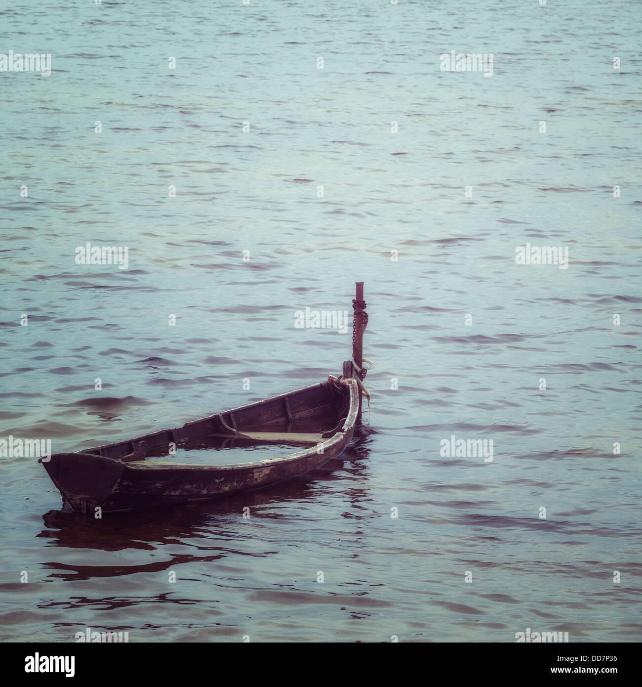 Y el viejo barco de madera hundido, casi Foto de stock