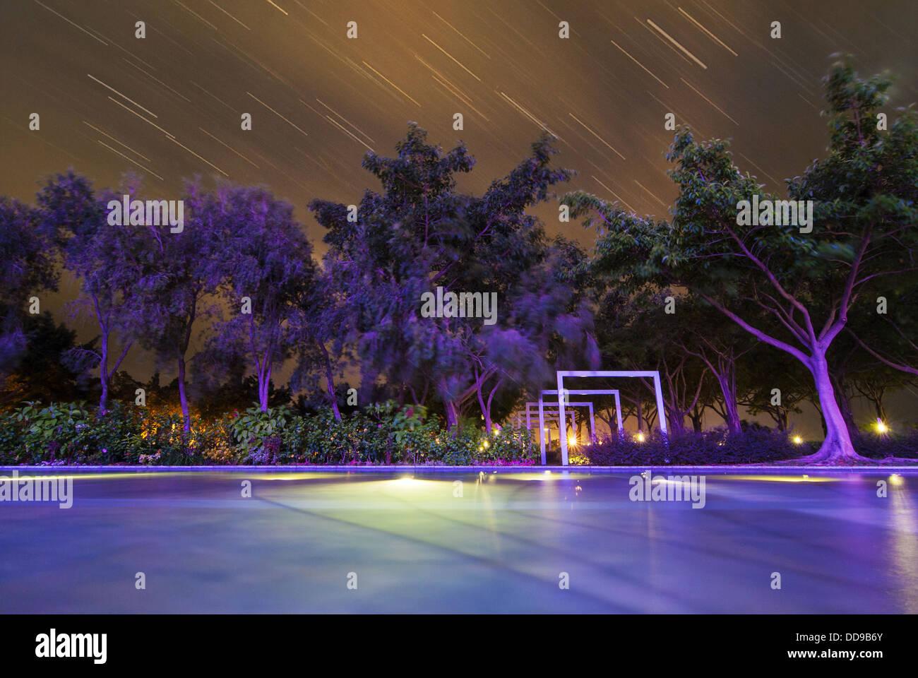 Viendo la lluvia de meteoros en la tranquila noche Imagen De Stock