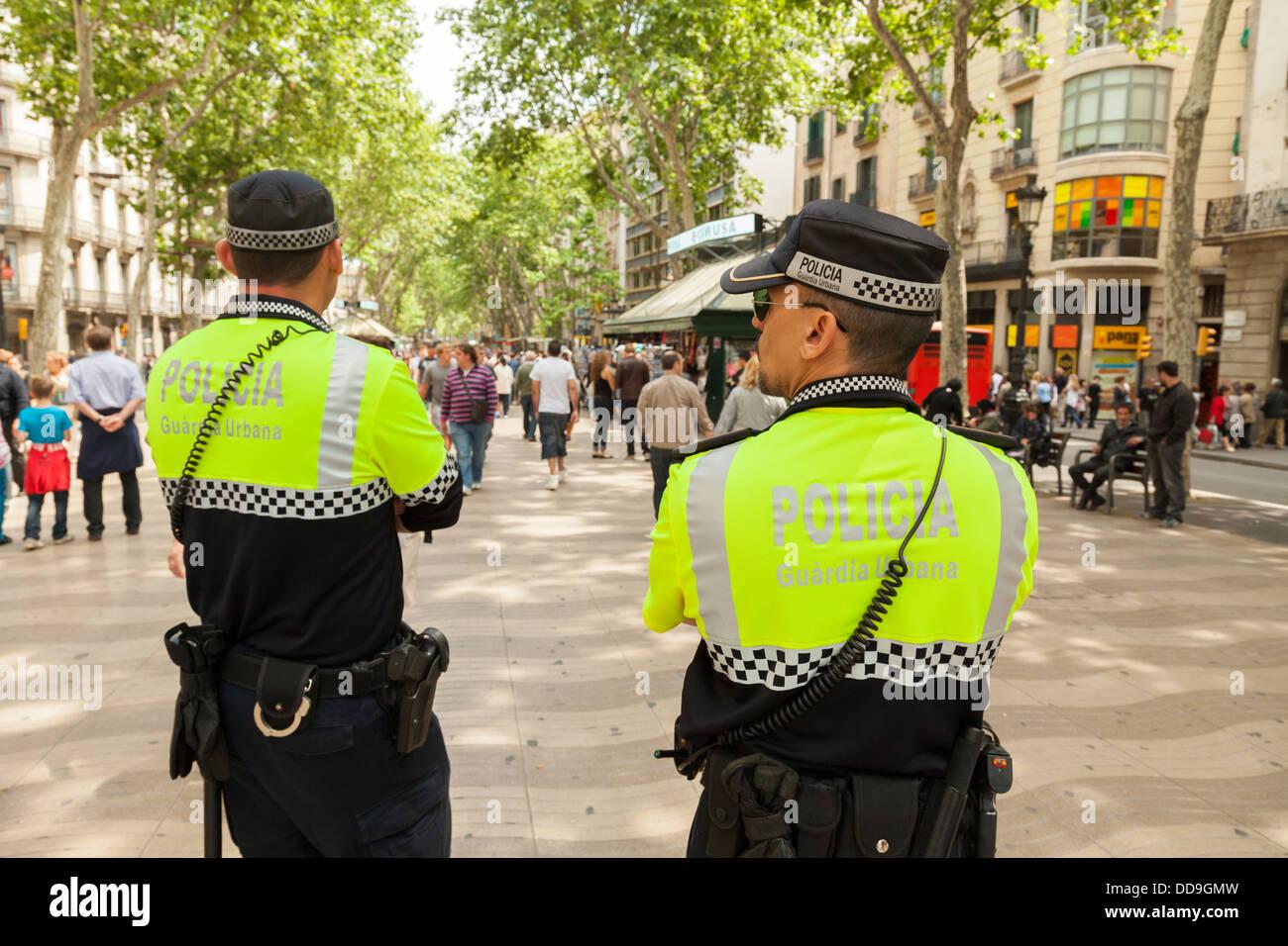 Dos policías de la Guardia Urbana el patrullaje de la Rambla de Barcelona. Foto de stock