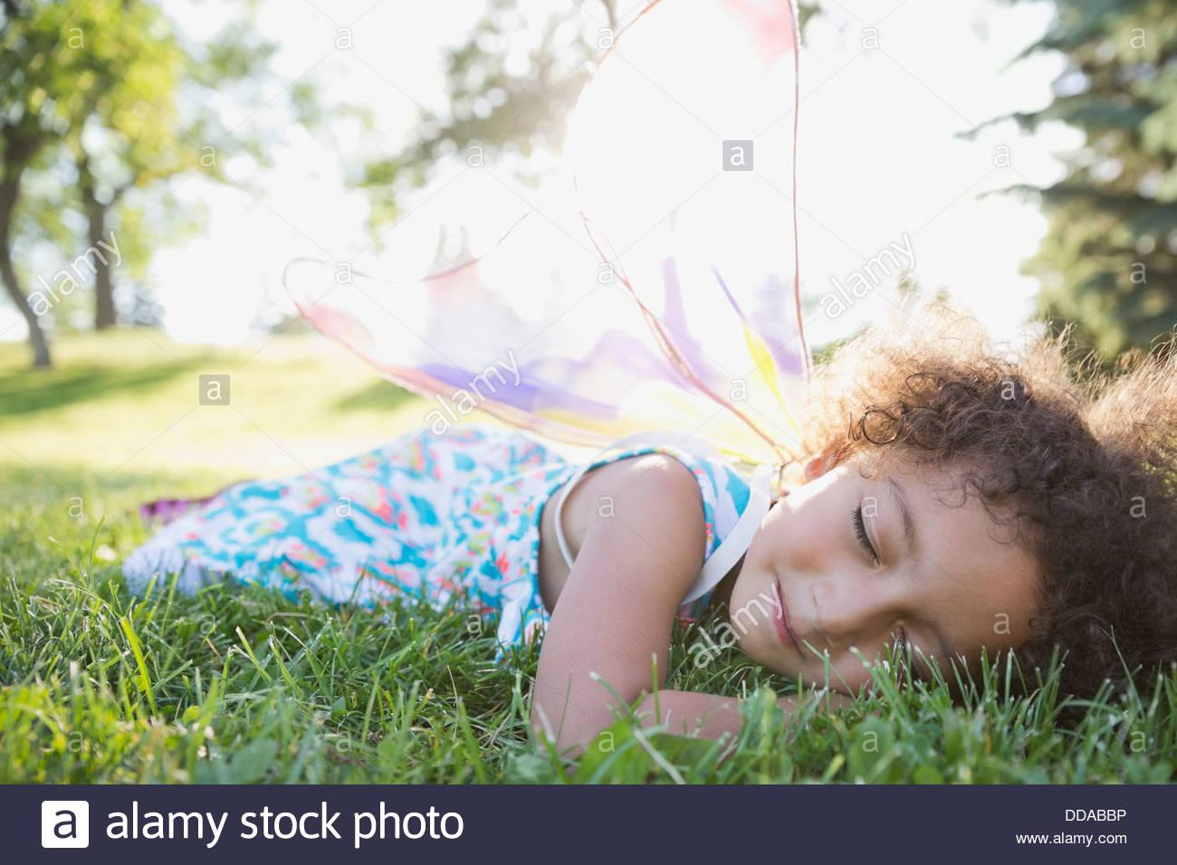 Cute Little Girl dormir sobre hierba Imagen De Stock