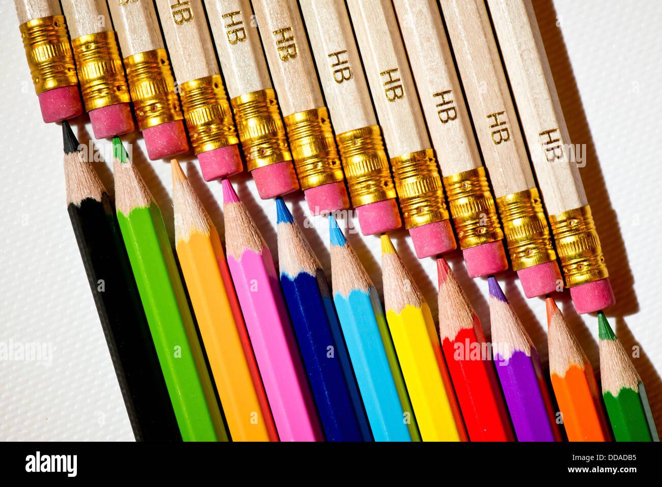 Un uniforme de cerca todos los lápices de colores diferentes estilos de macro con mucho detalle Foto de stock
