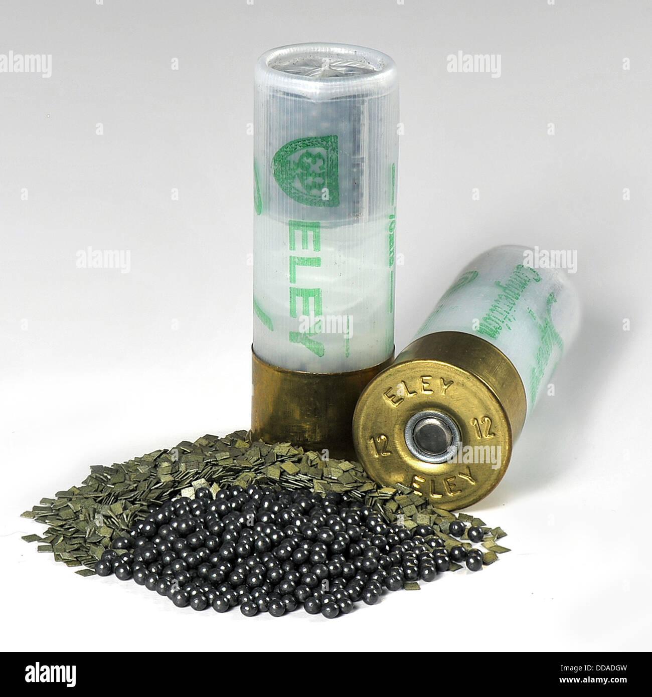 2 cartuchos de escopeta mostrando todos los contenidos en un tipo de macro fotografía Foto de stock