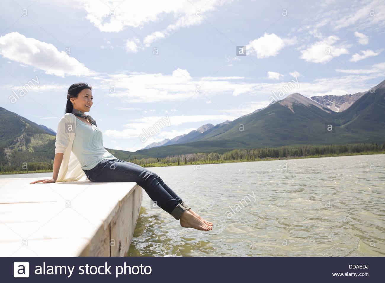 Mujer madura, disfrutando de la vista de dock Imagen De Stock