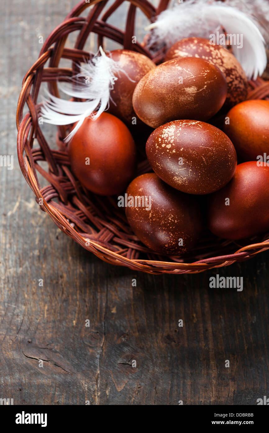 Huevos de Pascua sobre fondo de madera Imagen De Stock