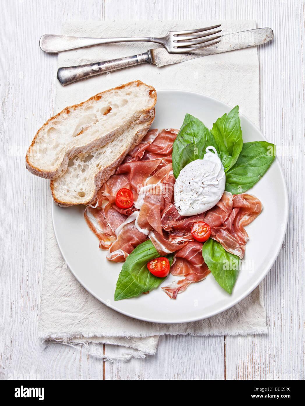 Jamón ensalada con huevo escalfado Imagen De Stock