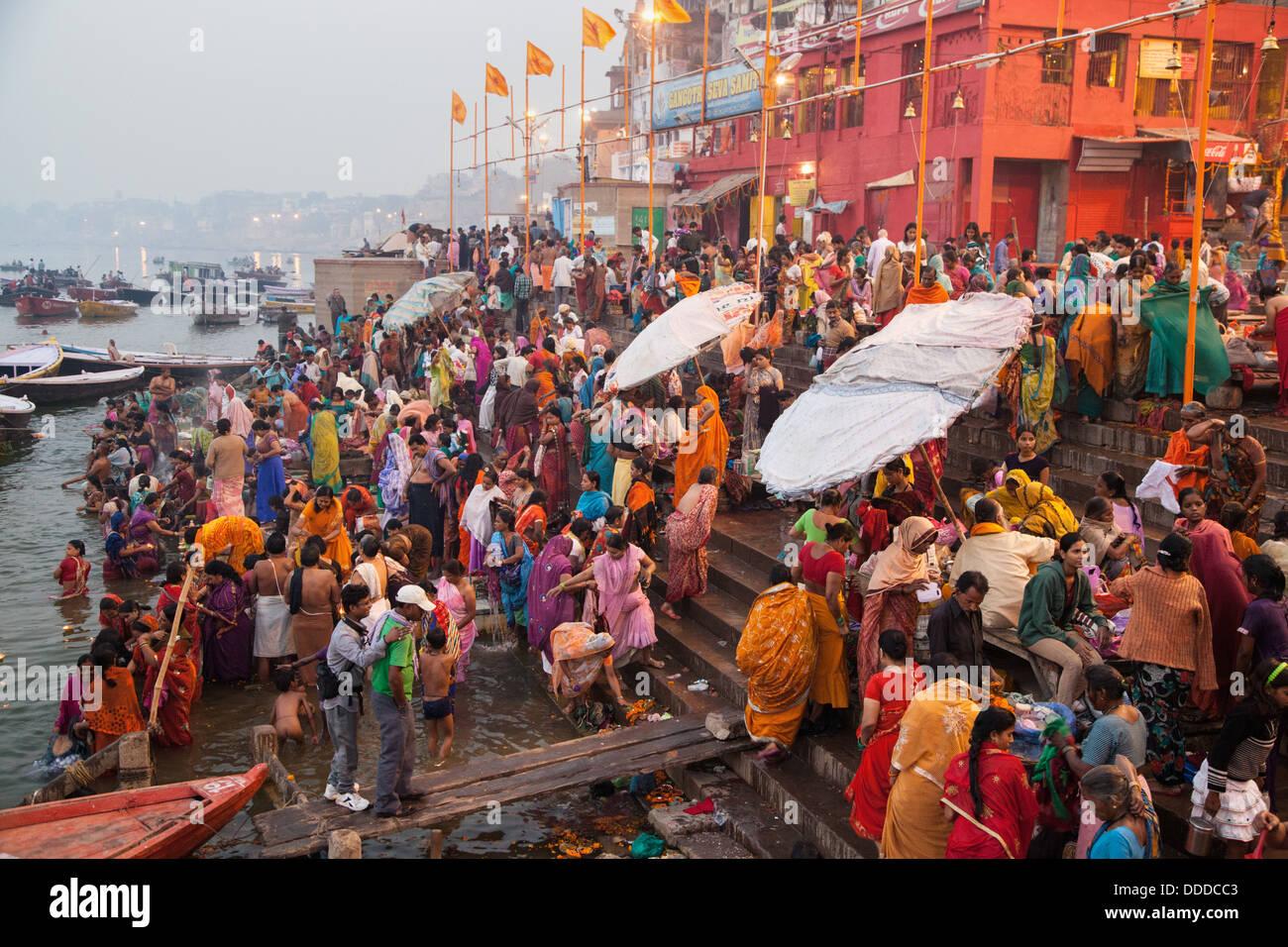 Hindú peregrinos y devotos bañarse en el Ganges en la mañana de uno de Diwali Festival de días Imagen De Stock