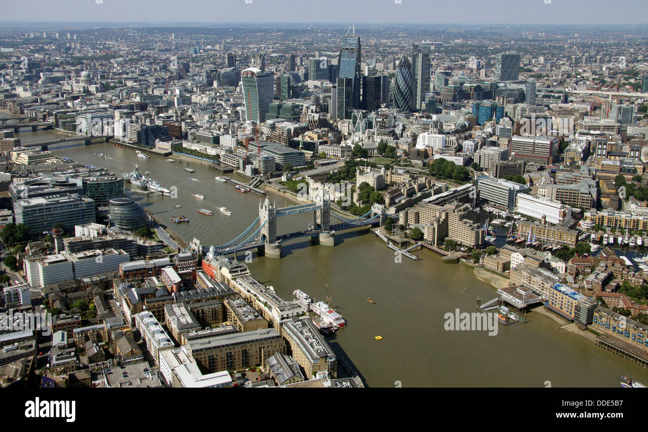 Vista aérea del río Támesis, el Puente de la torre y la zona de negocios de la ciudad de Londres Foto de stock