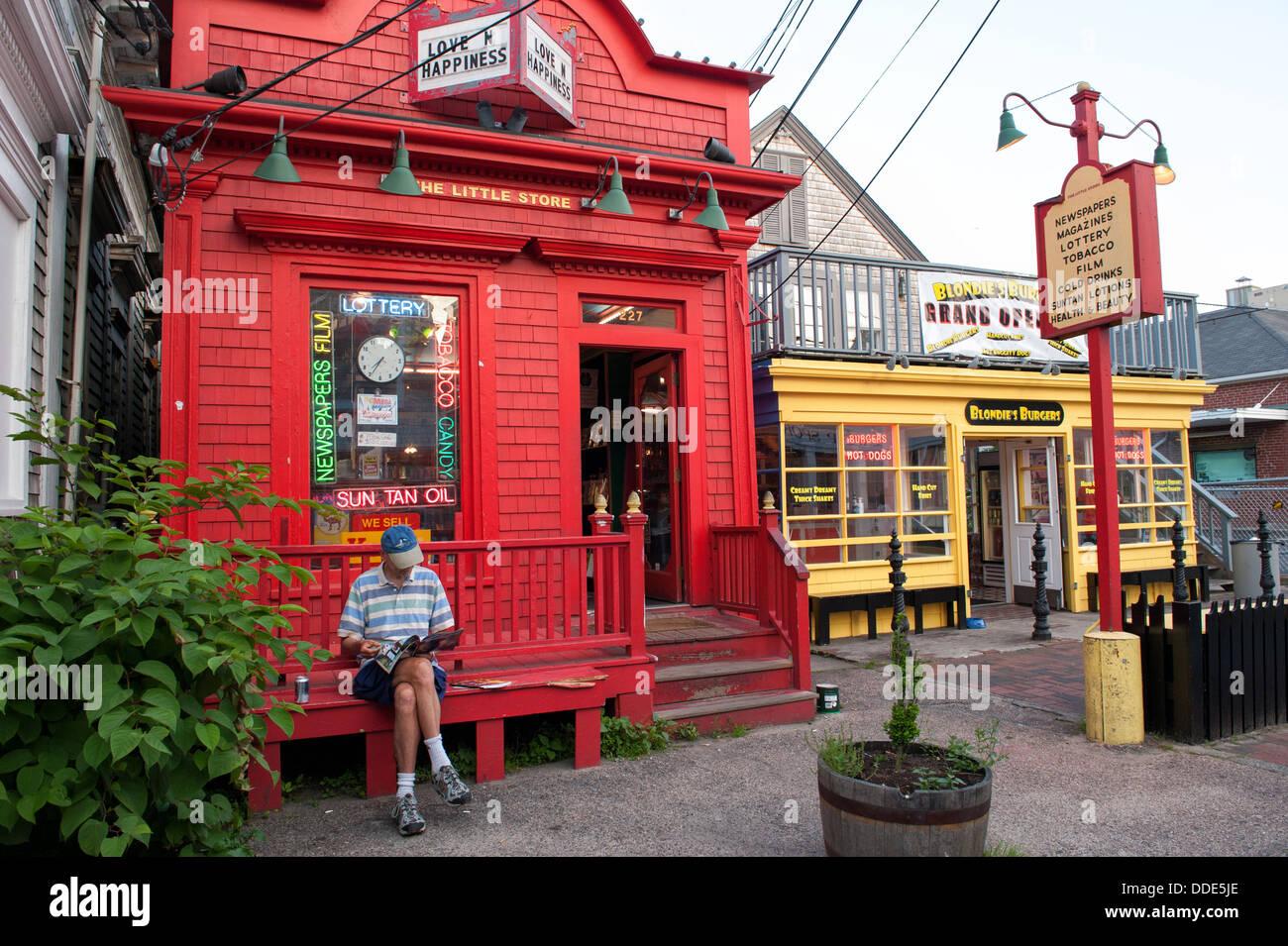 Escena tranquila en calle comercial en Provincetown, MA en una soleada tarde de verano en junio. Imagen De Stock