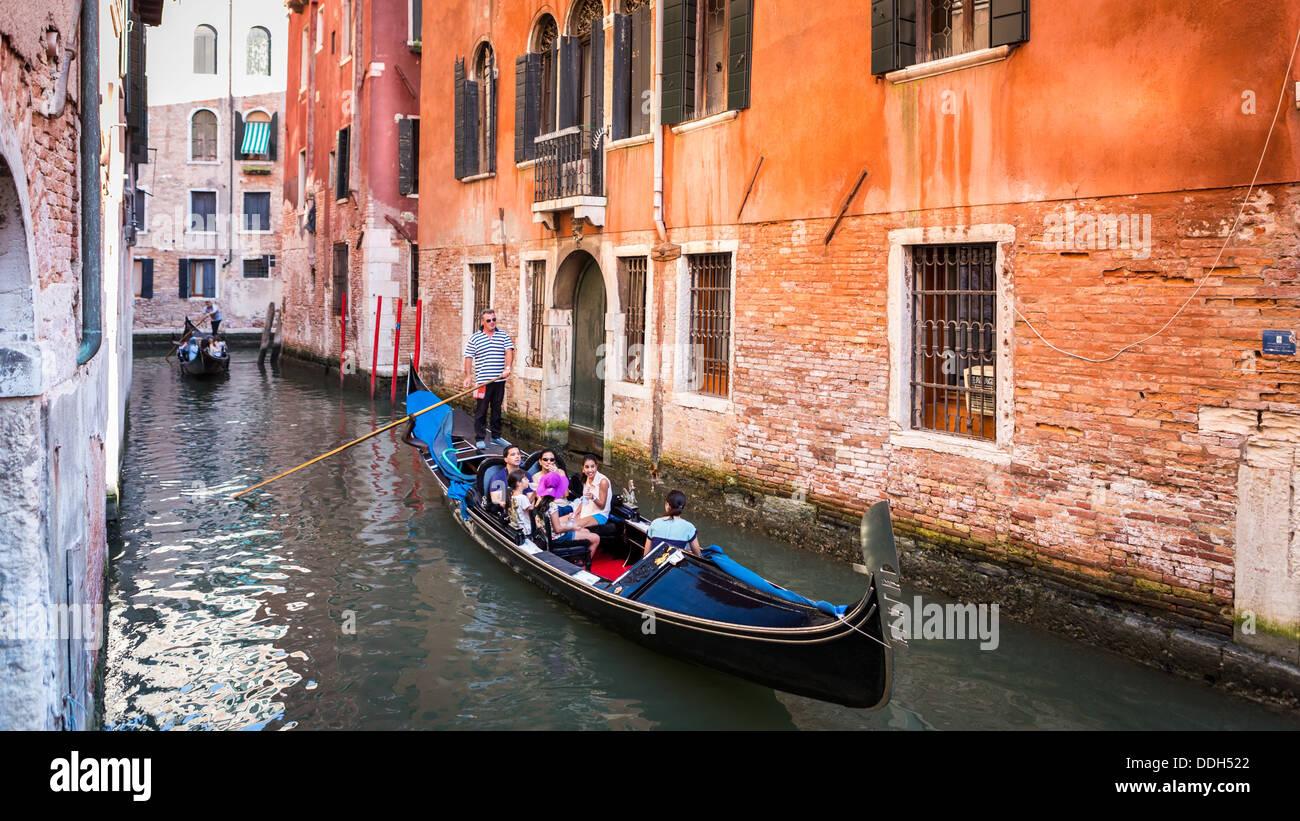 Las góndolas con turistas navegando en un water street en Venecia Italia Imagen De Stock