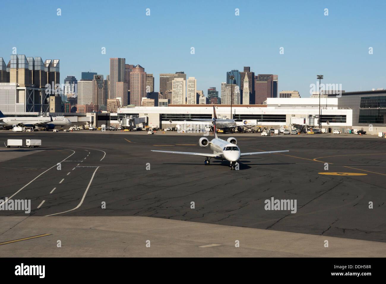 Los aviones que llegan al Aeropuerto Internacional Logan de Boston. Imagen De Stock