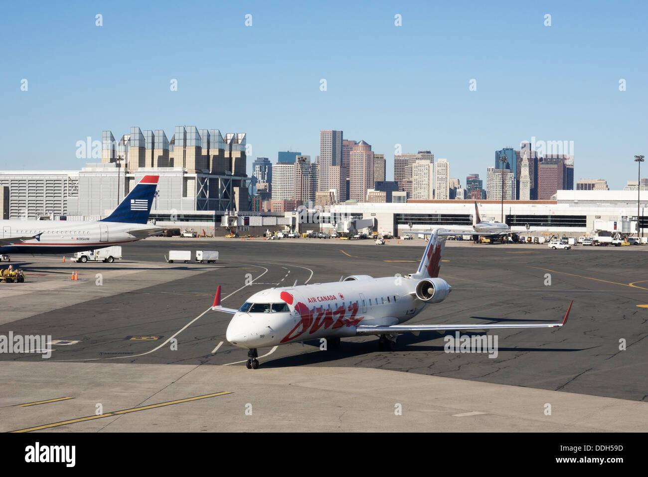 Canadian aviones que llegan al Aeropuerto Internacional Logan de Boston. Imagen De Stock