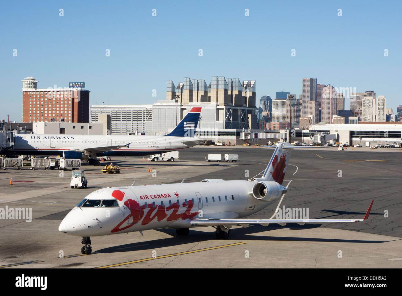 Aviones canadienses sobre el delantal en el Aeropuerto Internacional Logan de Boston. Imagen De Stock