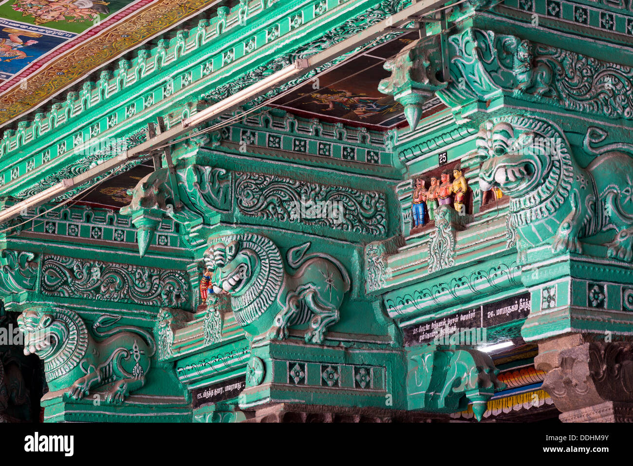Pilares pintados de verde, criaturas míticas, Meenakshi Amman Temple o Templo de Sri Meenakshi Sundareswarar Imagen De Stock