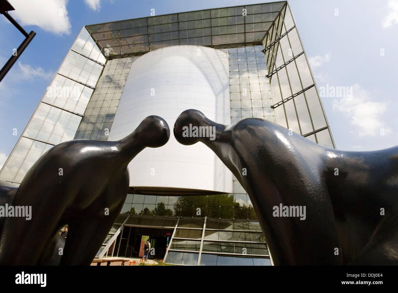 El edificio más impresionante en el parque, similar al arco de La Défense, en París. Futuroscope, el parque temático de imagen y sonido. Imagen De Stock