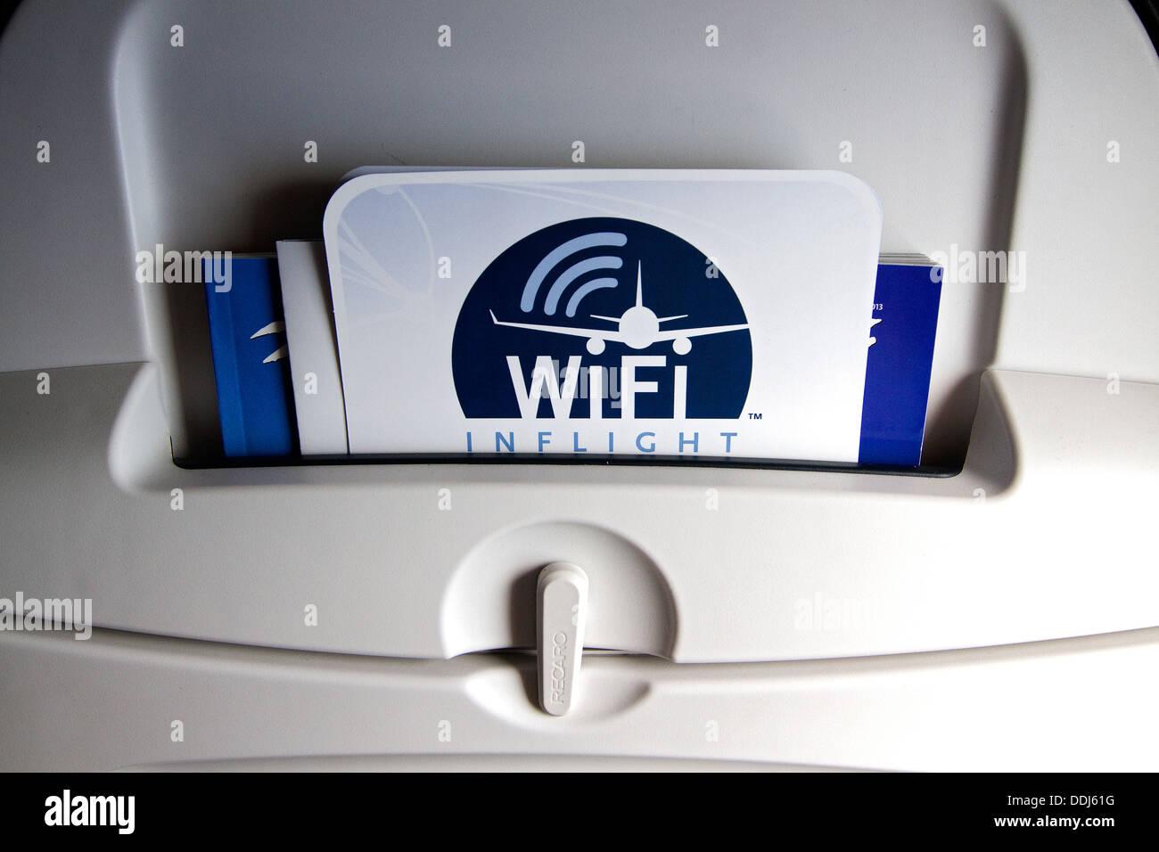WiFi a bordo anunciados en la parte posterior del asiento del avión. WiFi la próxima generación de entretenimiento a bordo. Imagen De Stock