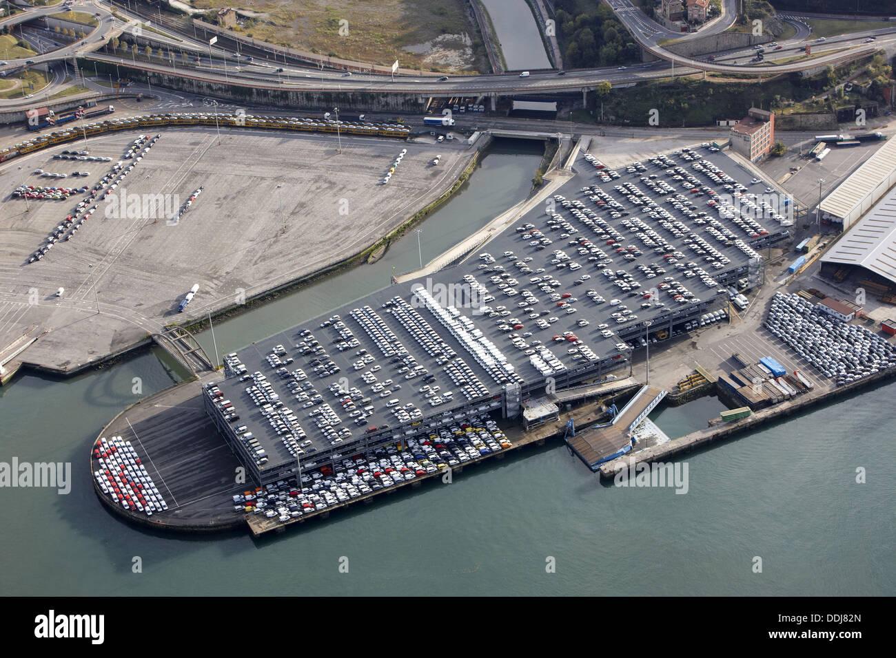 Automóviles en RORO dock, Puerto de Pasaia, Guipúzcoa, País Vasco, España Imagen De Stock