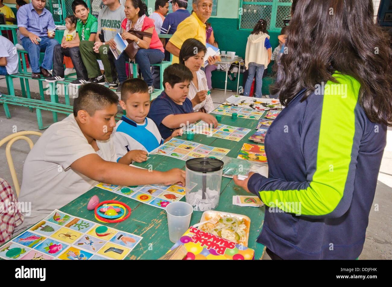 Ninos Jugando Juego De Mesa Mexicano Loteria Estilo De Bingo Con