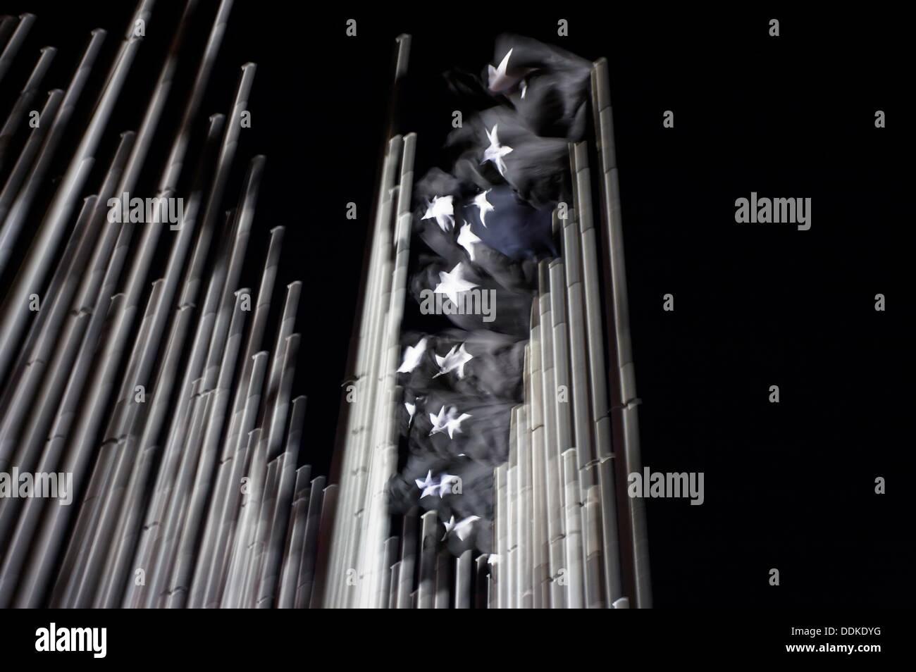 38 enormes banderas negras teniendo una estrella blanca en la parte delantera de la U S misión diplomática en La Habana al duelo por las víctimas de la 1961 Imagen De Stock