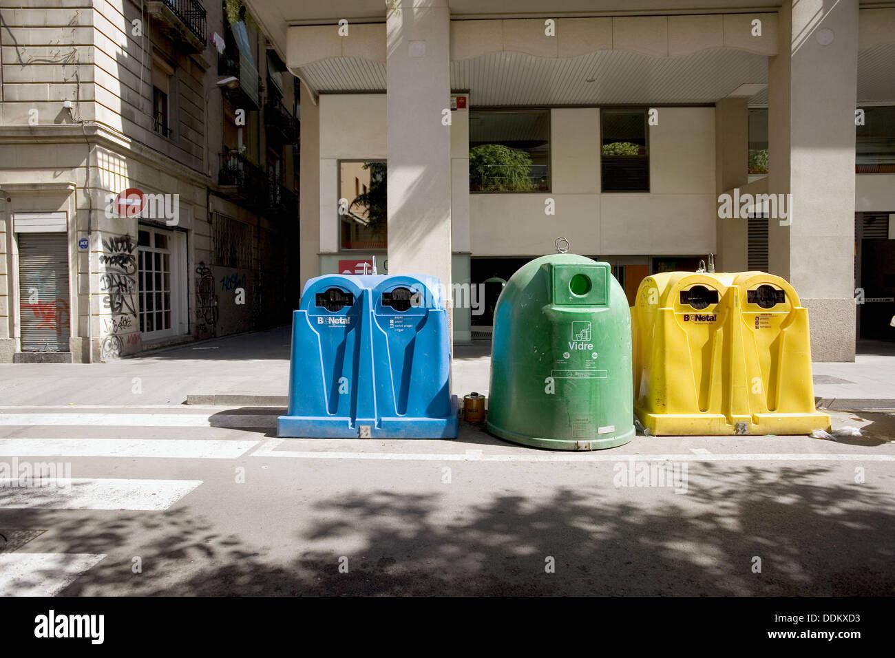 Contenedores para reciclar papel, plástico y vidrio. Barcelona. España. Imagen De Stock