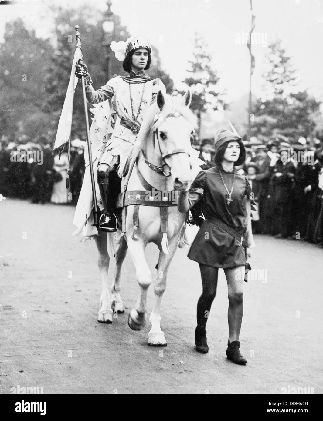 Marjorie Annan Bryce vestida como Juana de Arco en la coronación de mujeres procesión, Londres, 1911. Artista: Desconocido Foto de stock