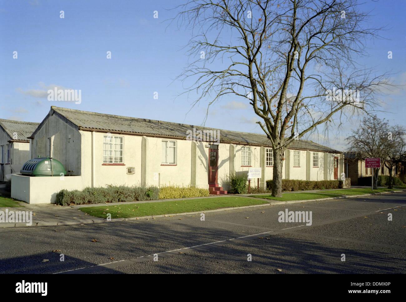 Calle principal cuartel de Greenham Common base aérea cerca de Newbury, Berkshire, 1999. Artista: M Hesketh Roberts Imagen De Stock