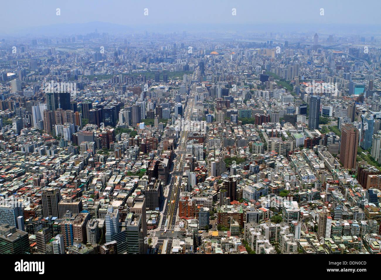 Una vista desde arriba de la ciudad de Taipei, Taiwán. Imagen De Stock