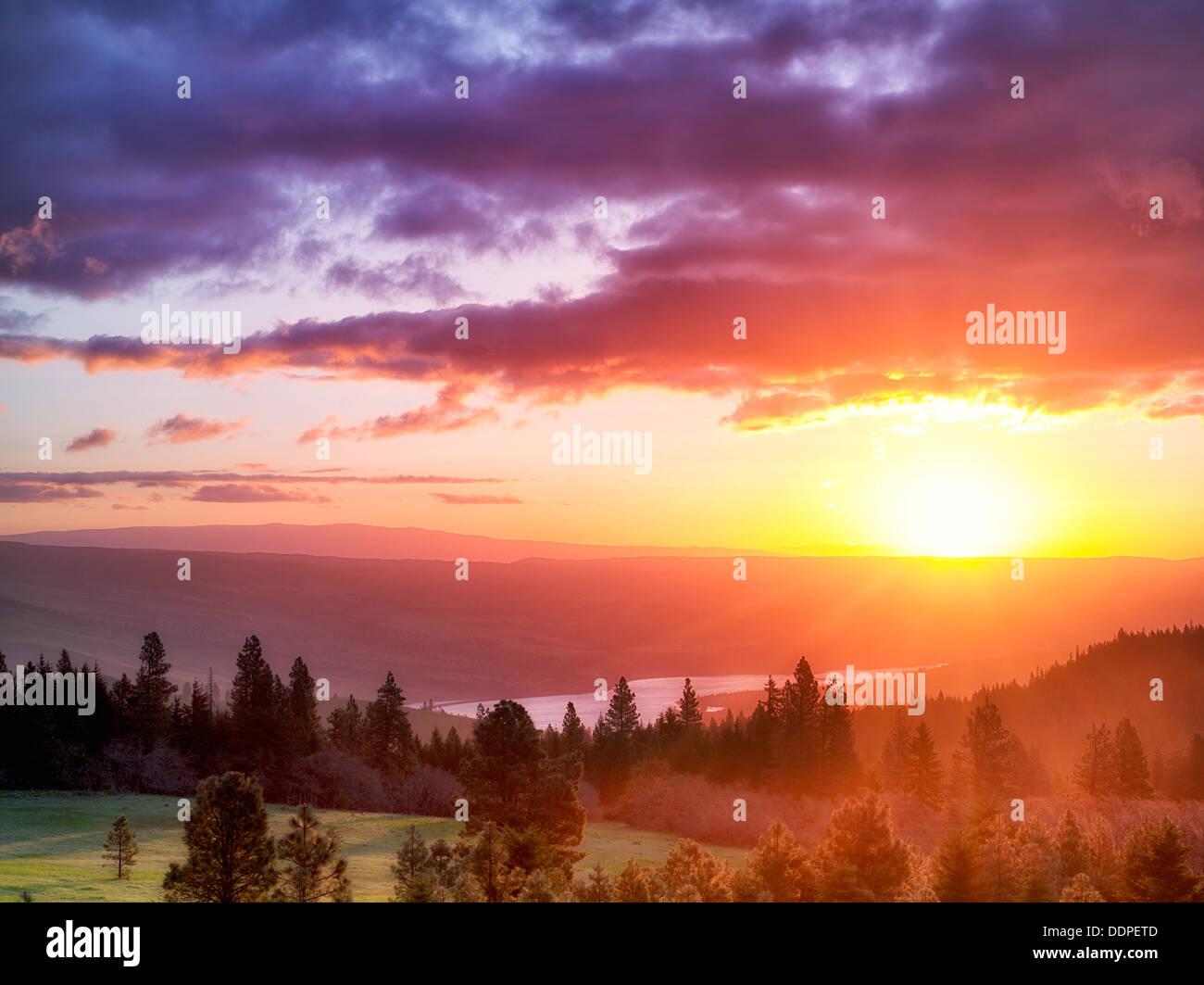 Amanecer con el Río Columbia. Columbia River Gorge National Scenic Area, Oregón Foto de stock