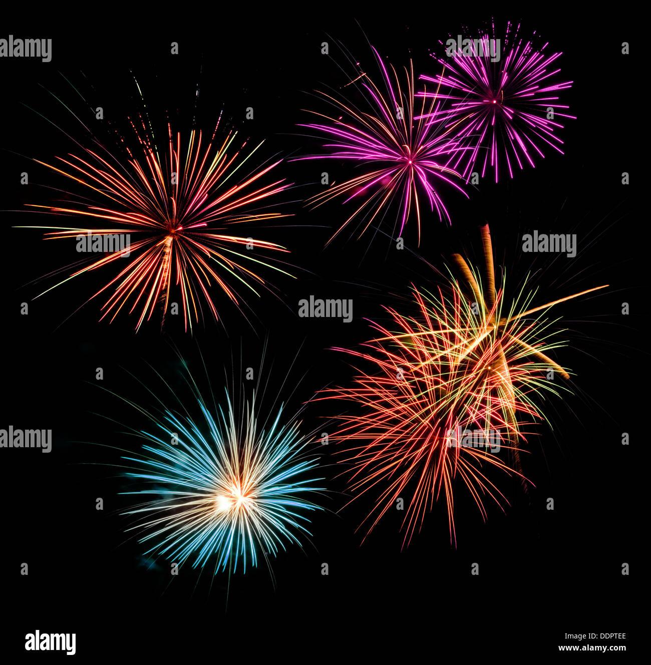 Fuegos artificiales multicolores en un negro cielo nocturno Foto de stock