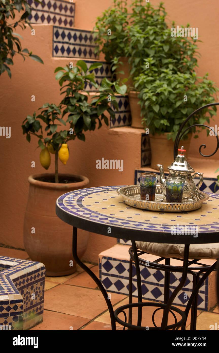 Patio con jardín de estilo italiano, el Chelsea Flower Show, con ...