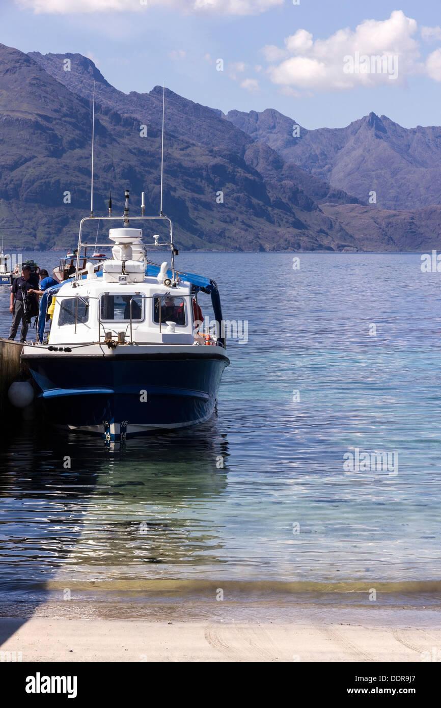 Bella Jane boat regresando de viaje a Loch Coruisk entre las montañas Cuillin negro, Elgol, Isla de Skye, Escocia, Imagen De Stock