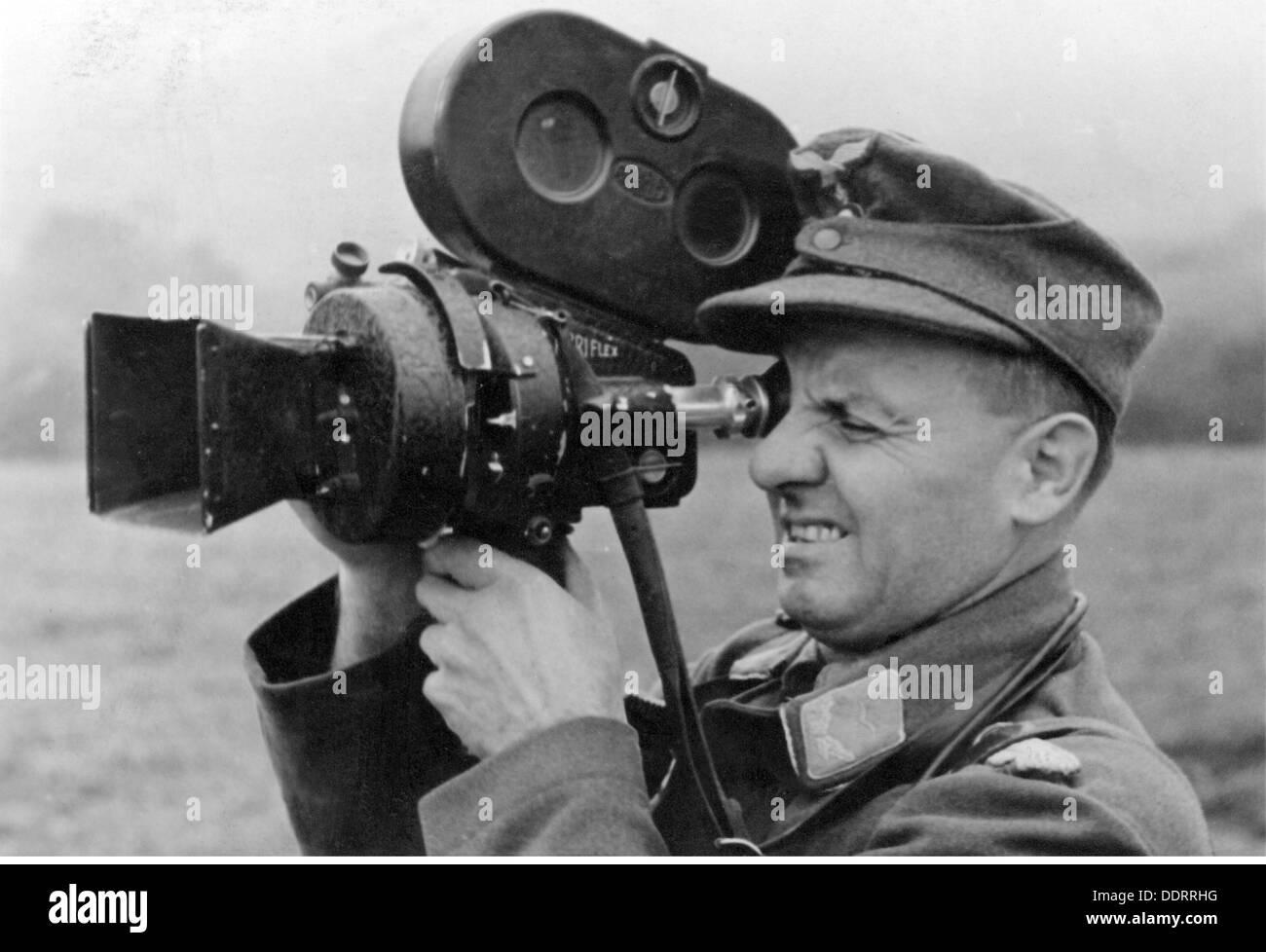 Segunda Guerra Mundial / WWII, la propaganda, el corresponsal de guerra alemán con cine cámara, tarjeta postal, 1944-Clearences Additional-Rights-NA Imagen De Stock