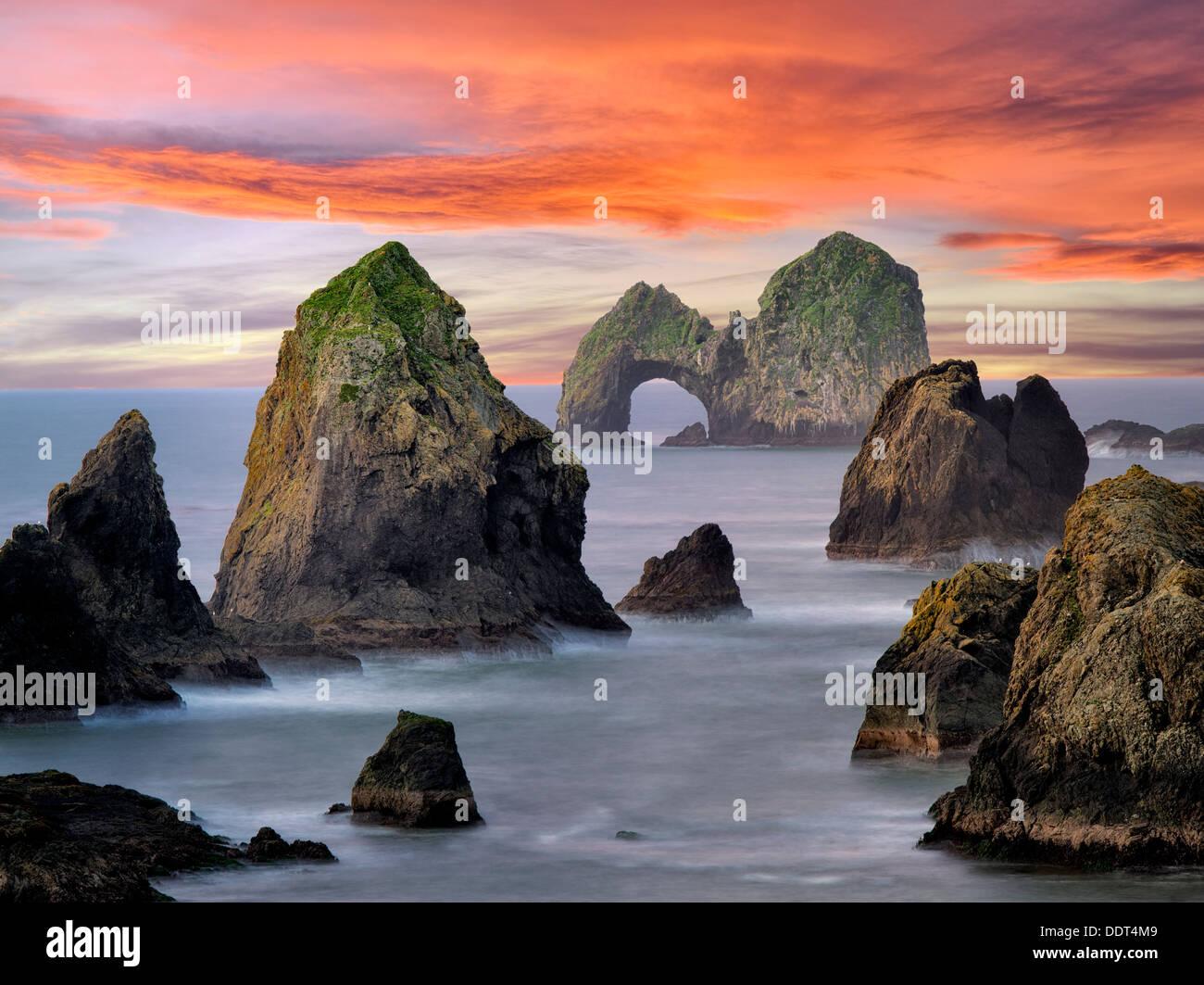Mack Arch Rock al amanecer. Oregon Imagen De Stock