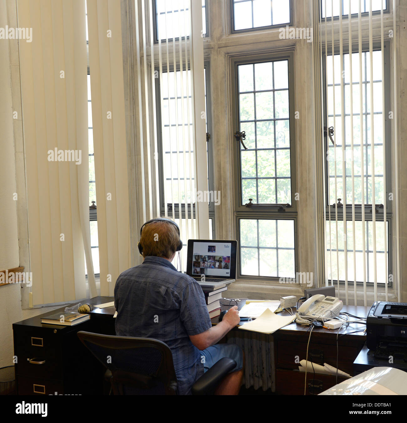 Profesora de psicología de Yale Paul Bloom enseña una sección de clase online desde su oficina. Yale está haciendo un gran empuje en línea. Imagen De Stock
