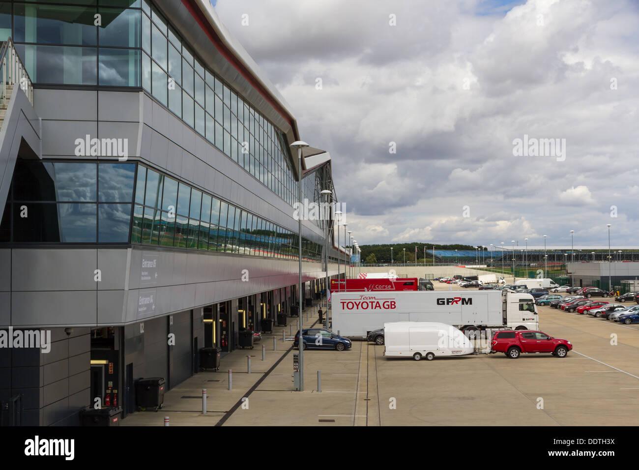 La parte posterior de la fosa de los garajes en el circuito de Silverstone, Northamptonshire. Imagen De Stock
