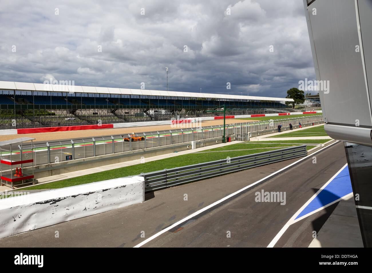 Circuito De Silverstone : El inicio línea de meta en el circuito de silverstone incluida la