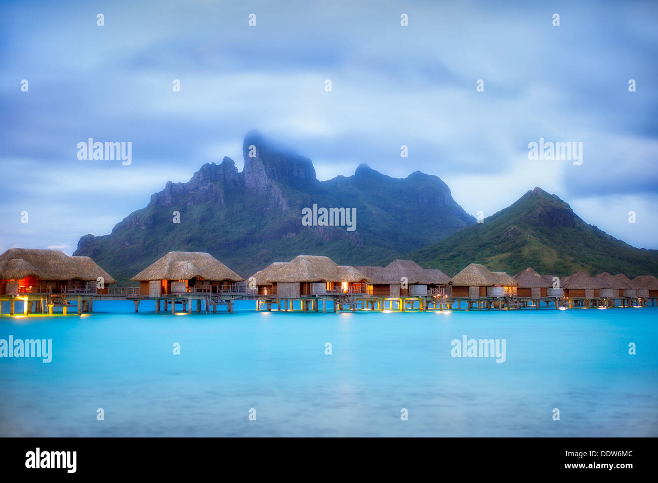 Antes del amanecer y bungalows. Bora Bora. La Polinesia Francesa. Imagen De Stock